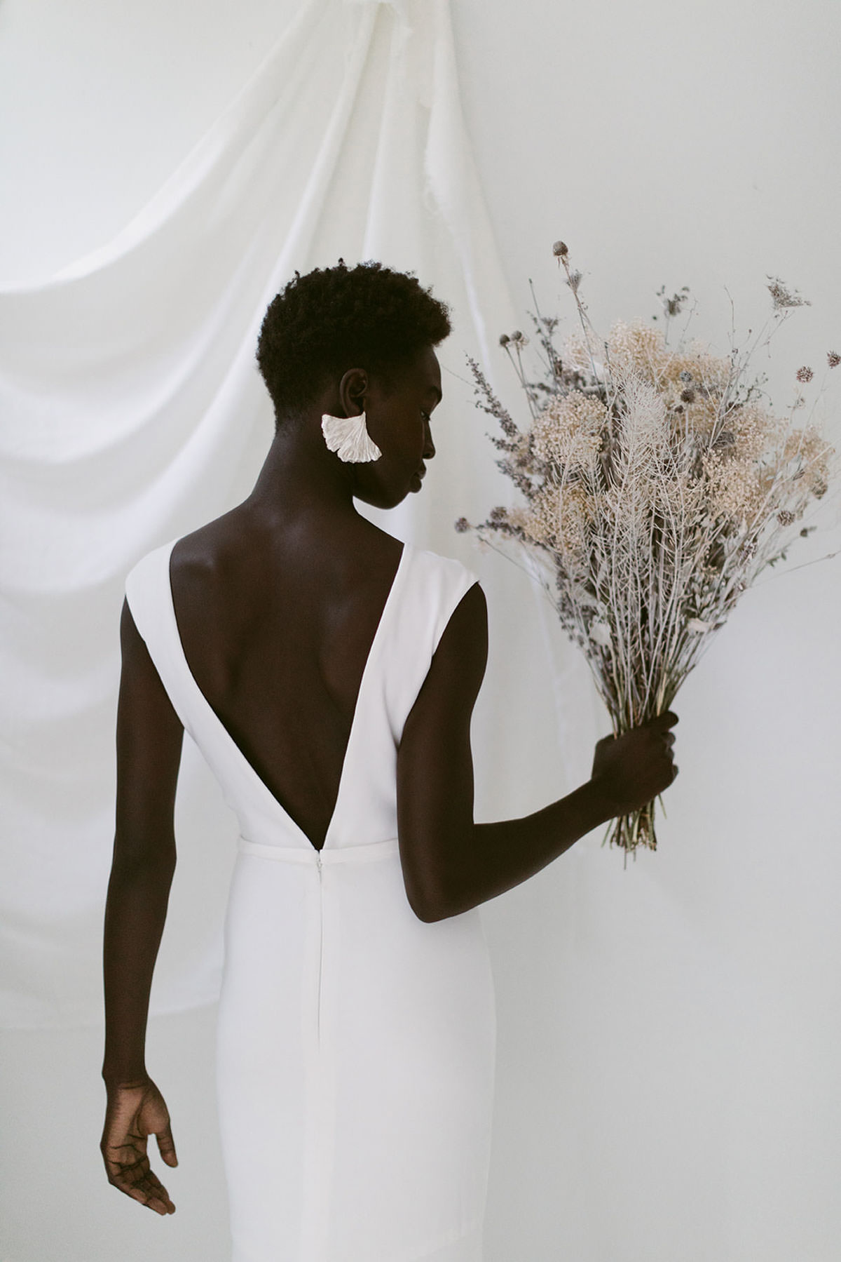 beautiful bride, black bride, beauty editorial, , classic bride, delicate bridalwear, edgy bridalstyle, feminine bride, hand painted florals, kaley from Kanvas, mininal bridalstyle, mordern bride, nature wedding, organic beauty, tonal backdrop