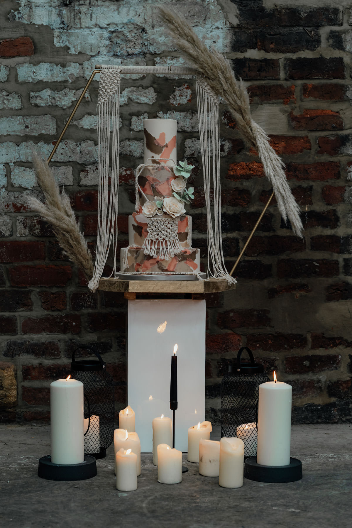 Industrial Meets Boho Wedding Inspiration: Hexagon tiered cake with Macrame, pampas grass and roses